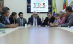 Prefeitos de Pinheiro Machado e Pedras Altas debatem obra da ERS 608 com o secretário dos Transportes