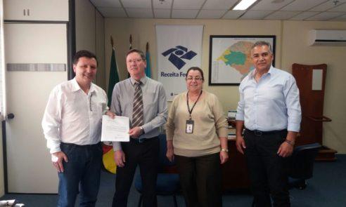 Comitiva de Pinheiro Machado é recebida pelo delegado da Receita Federal, em Pelotas